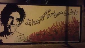 Así se ve el mural de noche en calle Chile.